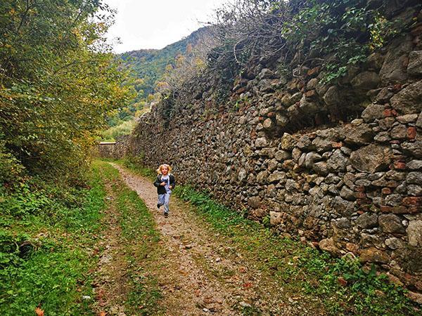 Pot ob obzidju samostana