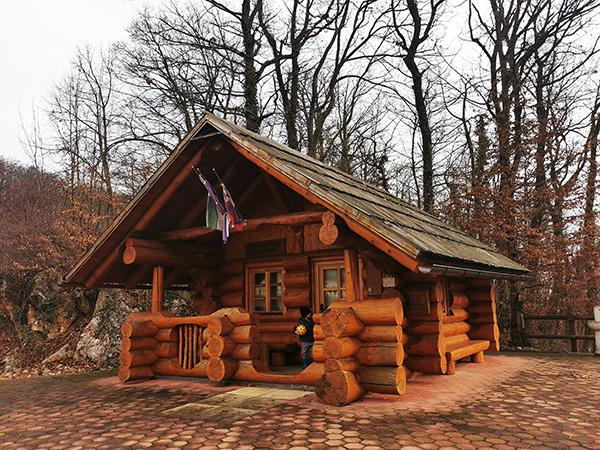 Turistična pisarna, hiška pod goro