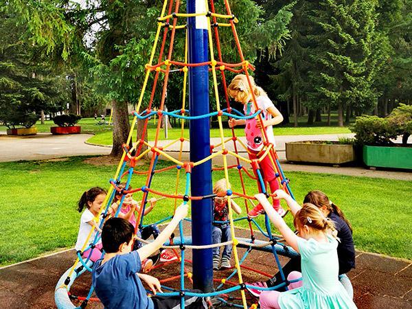 Igrala v grajskem parku