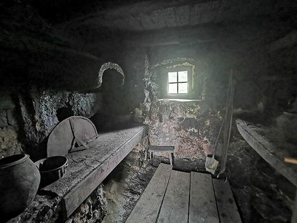 Črna kuhinja na domačiji Šumej