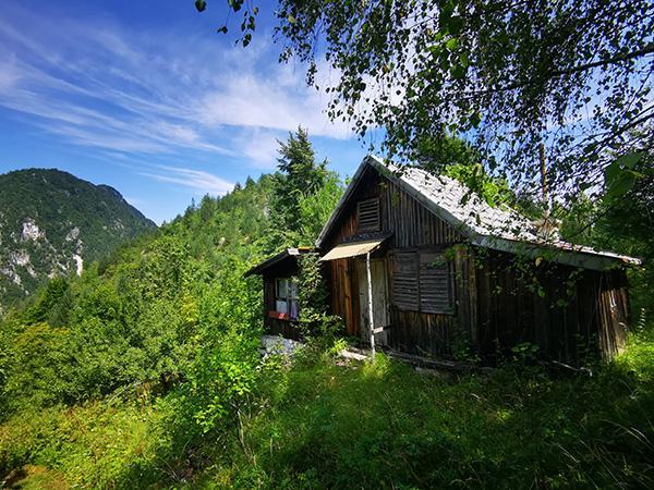 Hišica pod vrhom Ostrčnjak